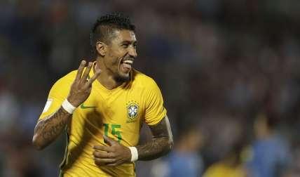 Paulinho, mediocampista de la selección brasileña/ AP