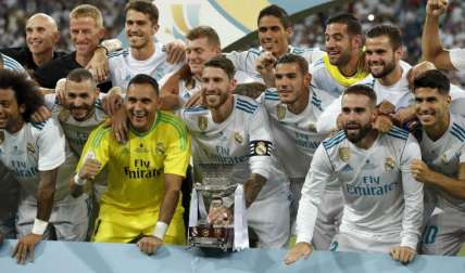 Los jugadores del Real Madrid posan con la Supercopa. Foto:EFE