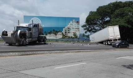 El camión cargado con mercancía se fue hacia el barranco. Su conductor se encuentra en un hospital.