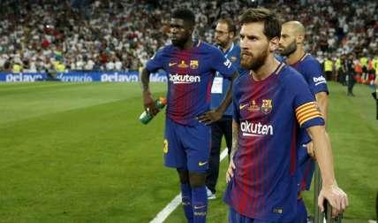 El delantero argentino del FC Barcelona Leo Messi (d) y el defensa francés Samuel Umtiti (i)/ EFE