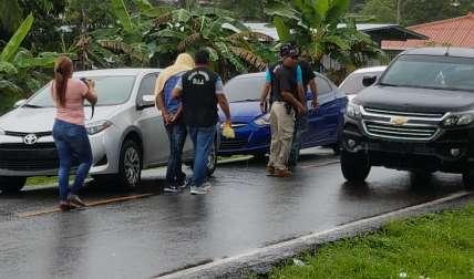 Vista del momento en que los aprehendidos eran trasladados.  /  Foto: Raimundo Rivera