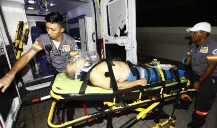 Momentos en que era ingresado el herido al cuarto de urgencias. Foto Alexander Santamaría Crítica