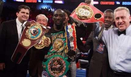 Crawford con los cuatro cinturones, junto a su promotor Bob Arum y el panameño José Oliver Gómez, supervisor del pleito por parte de la AMB. Foto: Cortesía