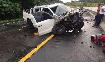 Afortunadamente la carga cayó sobre la capota del motor del pick up.  /  Foto: Mayra Madrid