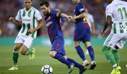 Lionel Messi domina el balón durante el partido ante el Betis. Foto: AP