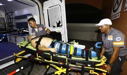 Vista del ingreso del accidentado al Cuarto de Urgencia del Hospital Santo Tomás.  /  Foto: Alexander Santamaría