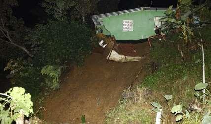 Alud de tierra derrumba muro y casi se lleva una casa
