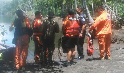 El equipo de rescate del Senan y del Sinaproc reactivó la búsqueda ayer, lunes. Esperan encontrarlo antes que el mar lo arrastre más adentro.