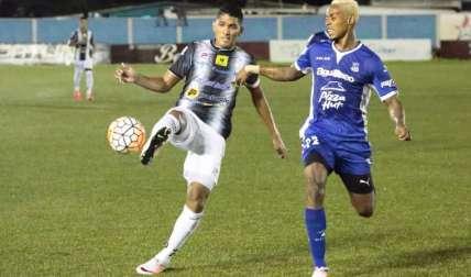 El goleador taurino Edwin Aguilar (der.)