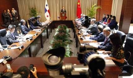 El presidente de Panamá Juan Carlos Varela (c) habla durante la firma de un memorando de entendimiento de Consultas Políticas entre las delegaciones de China. /  EFE