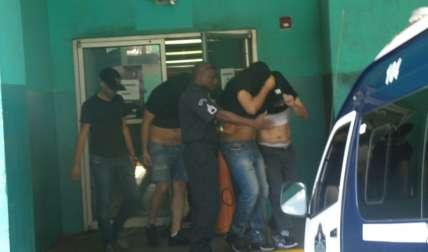 Vista general de los indiciados tras la reprogramación de la audiencia de los presuntos extorsionadores.  /  Foto: Landro Ortíz