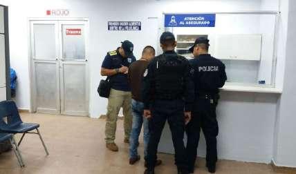 En la sala de espera, los familiares de la víctima estaban al tanto de los informes médicos, mientras que los policías hacían la custodia.