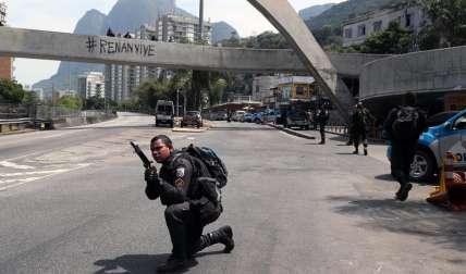 Agentes de la policía militar participan en un operativo en la favela de Rocinha de Río de Janeiro (Brasil). EFE
