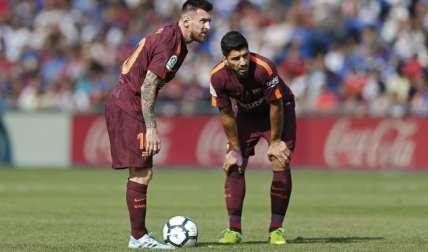 El argentino Lionel Messi (izq.) junto al uruguayo Luis Suárez. Foto: AP