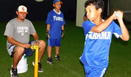 Los pequeños en un práctica en el Rod Carew. Foto: AP
