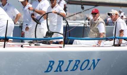 El rey Juan Carlos (gorra roja) en el  'Bribón Movistar'. / Foto Cortesía