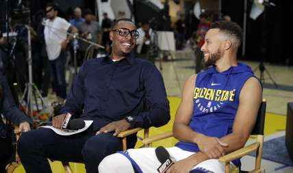 Stephen Curry (der.) y Paul Pierce, comentarista de ESPN. / Foto AP
