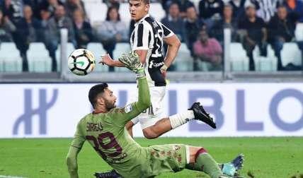 Paulo Dybala anota un gol. Foto: AP