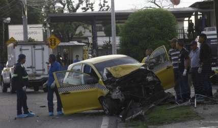 Autoridades judiciales en el levantamiento del cuerpo del taxista, en la escena.  Foto Alexander Santamaría Crítica
