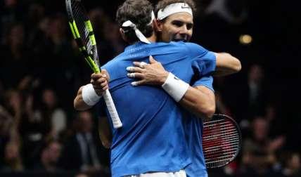Federer y Nadal se abrazan. Foto: EFE