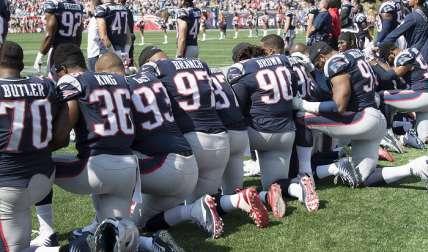 Jugadores de los Patriots se arrodillan en señal de protesta/ AP