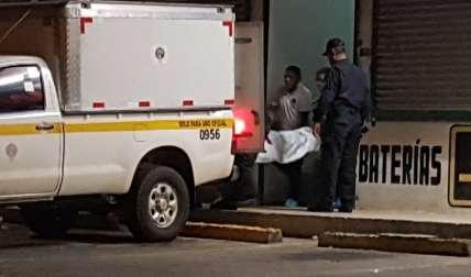 Momentos en que se realizada el levantamiento del cuerpo del abatido.  Foto Raimundo Rivera Crítica