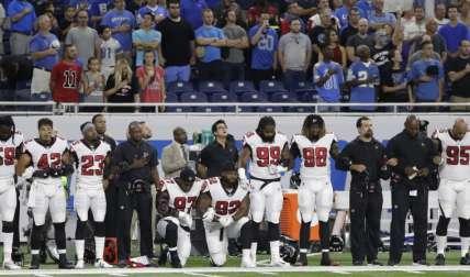 """El """"lineman"""" defensivo de los Falcons, Grady Jarrett (97), fue uno de los jugadores que reaccionó ante los insultos de Trump. Foto:AP"""