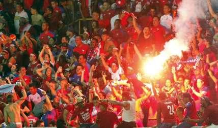 Aficionados panameños celebran la victoria de su equipo, durante un partido correspondiente a las eliminatorias de la Concacaf al Mundial de Rusia de 2018 disputado entre Panamá y Costa Rica, en Ciudad de Panamá (Panamá). EFE
