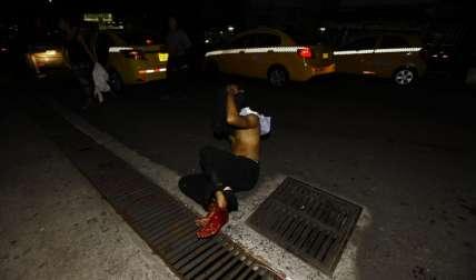 El herido de bala fue abandonado frente al hospital. Foto Alexander Santamaría Crítica