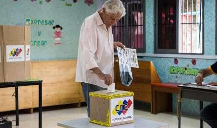 Un ciudadano ejerce su derecho al voto en un centro de votación el 15 de octubre de 2017, en Caracas (Venezuela). EFE