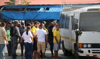 Los detenidos fueron esposados y llevados hasta el bus que los llevaría a sus nuevas celdas.  Foto Mayra Madrid Corresponsal