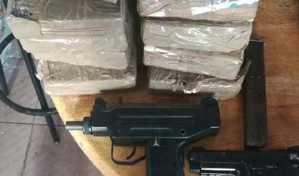 Paquetes de droga y arma incautados.  Foto Cortesía