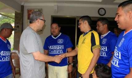 Los jugadores del hospital Gustavo Nelson Collado junto a su patrocinador Manuel Cohen.