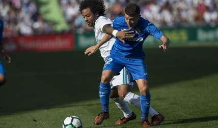 Marcelo Vieira (i) disputa el balón con el centrocampista del Getafe Francisco Portillo (d). Foto: EFE