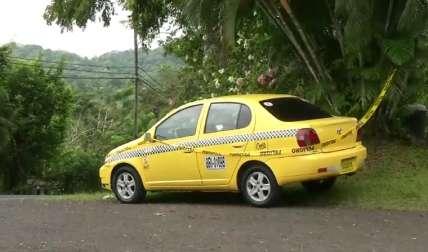 En este taxi fue baleado el ciudadano.  Foto Tomada de TVN-2
