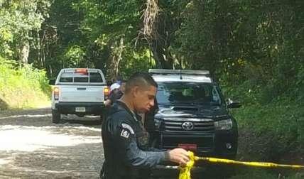 Los policías ayudaron a cerrar el perímetro para preservar la escena del caso investigado.