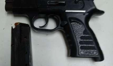 Arma decomisada. Foto Tomada de @ProtegeryServir
