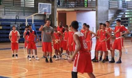 Garry Joe Burgos se dirige a los jugadores panameños. Foto: Cortesía