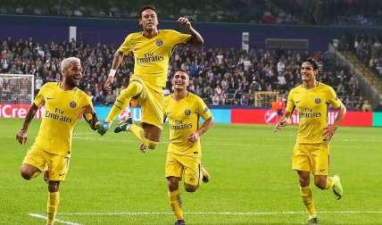 Neymar (2-i) celebra con sus compañeros después de anotar el tercer gol durante un partido frente al Anderlecht. Foto: EFE