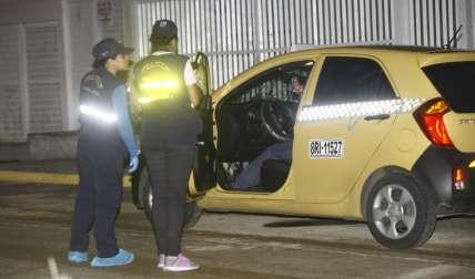 Los funcionarios de Criminalísticas del Imelcf realizaron las investigaciones en la escena del crimen.  Foto Alexander Santamaría Crítica