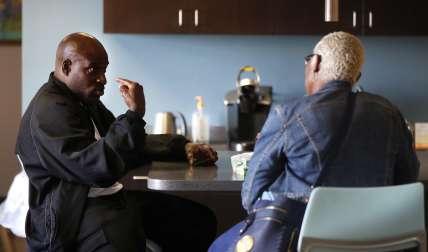 Bobby Hines, izquierda, habla con Valencia Warren-Gibbs sobre la muerte de su hermano, James, en la oficina de su abogado en Detroit. /  AP
