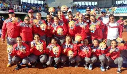 Equipo nacional de Sóftbol posa con sus medallas. Foto: Pandeportes