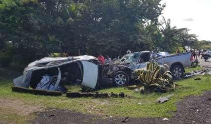 Los autos involucrados quedaron vuelto añicos. Sus ocupantes encontraron la muerte de manera instantánea. Un sobreviviente pelea por su vida en un hospital.