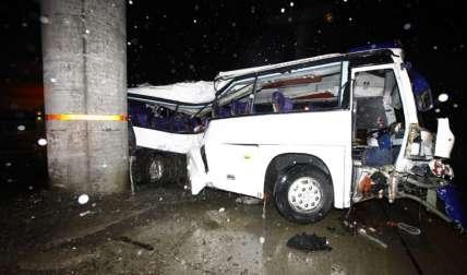 El autobús se estrelló contra la columna del metro. Fotos Alexander Santamaría Crítica