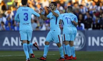 Luis Suárez (dcha.) celebra uno de sus goles junto a Gerard Piqué, en el triunfo del Barcelona 3-0 sobre el Leganés. Foto: AP