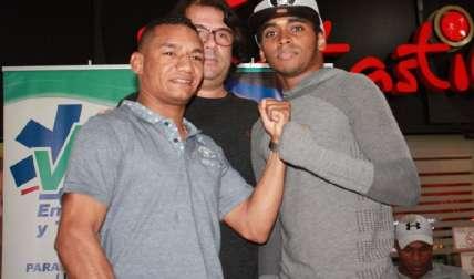 """Carlos """"Arañita"""" Ortega (izq.) junto a su rival de turno, el colonense Amrit """"Kung Fu"""" Herrera. Foto: Cortesía"""