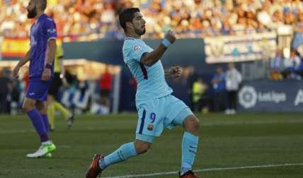Luis Suárez celebra una de sus dos anotaciones de ayer en el triunfo de 3-0 del Barcelona. Foto: AP