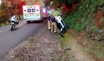 Vista del accidente en La Peana, en donde el auto cayó en una cuneta. Los ocupantes quedaron atrapados. Los rescatistas llegaron a la escena.