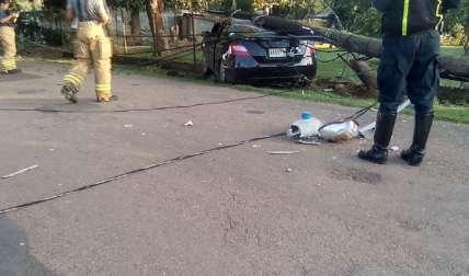 El poste cayó encima del auto. El servicio eléctrico se afectó con el accidente.