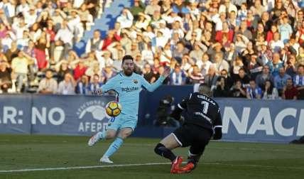 Lionel Messi domina el balón ante Iván Cuéllar del Leganes. Foto: AP
